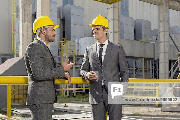 Außenaufnahme  Diskussion  Industrie  Architekt  jung