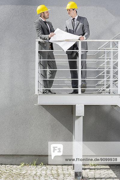 Diskussion  Geschäftsmann  über  Blaupause  Treppe  jung  Länge  voll