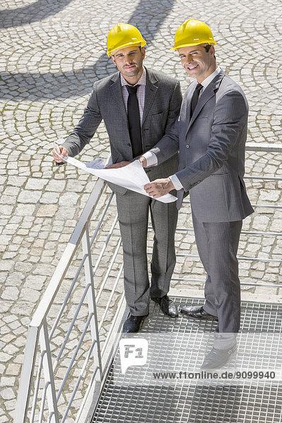Portrait  Geschäftsmann  Blaupause  Treppe  jung  Länge  voll