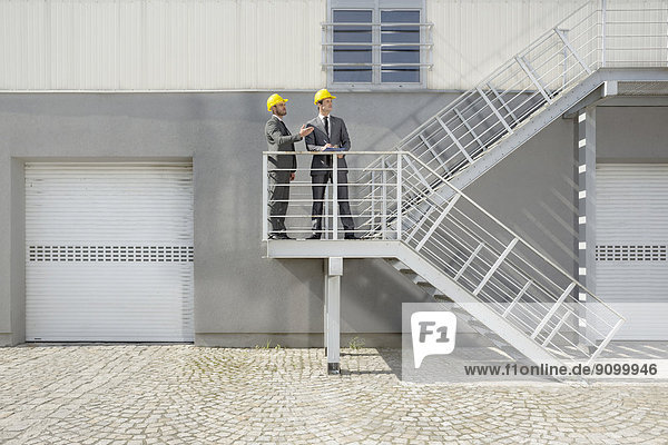 Diskussion  Klemmbrett  Architekt  Treppe  jung