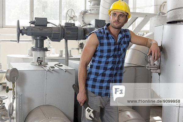 angelehnt  Industrie  halten  Maschine  jung  Schraubenschlüssel