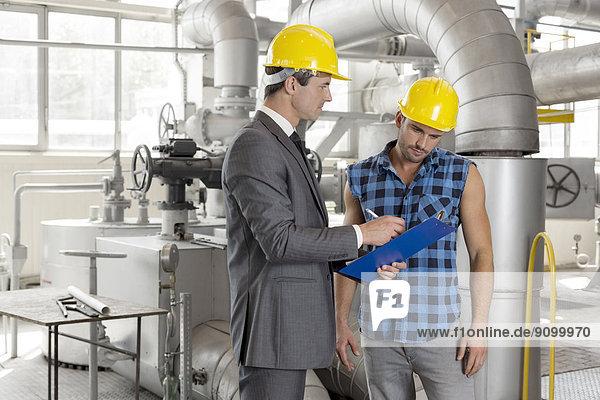 Diskussion  Klemmbrett  Industrie  arbeiten  über  Architekt