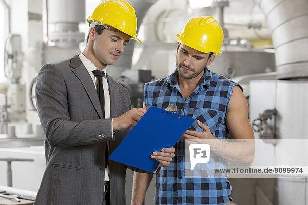 Diskussion  Klemmbrett  Manager  Industrie  arbeiten  über