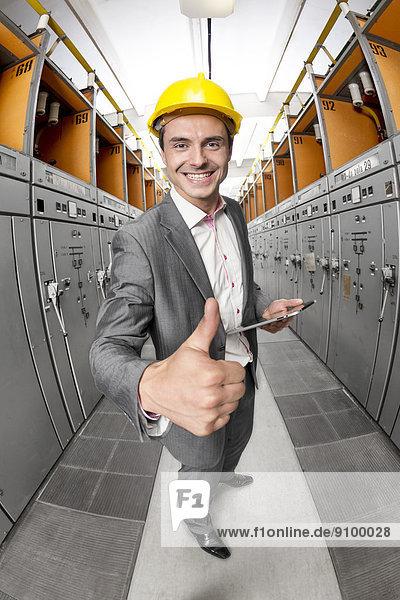 hoch  oben  Portrait  Computer  Überprüfung  gestikulieren  lächeln  Zimmer  Chef  Menschlicher Daumen  Menschliche Daumen  Tablet PC