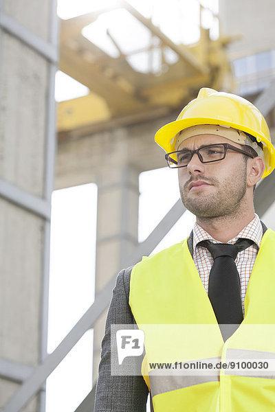 bauen  sehen  Hut  Ingenieur  jung  wegsehen  Reise  Kleidung  hart