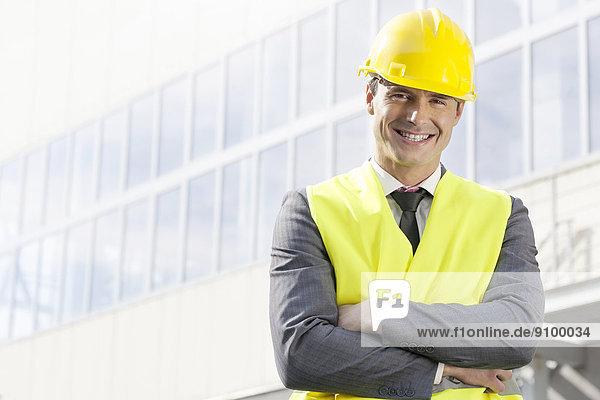 Außenaufnahme  stehend  überqueren  Portrait  lächeln  Gebäude  Architekt  Büro  jung