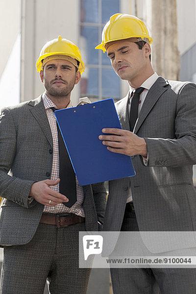 bauen  Diskussion  Klemmbrett  Ingenieur  jung