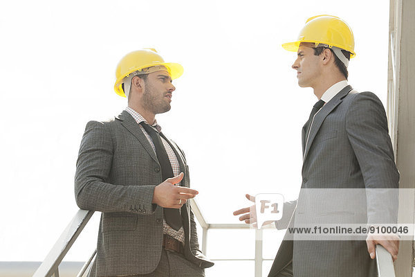 Diskussion  Architekt  Treppe  2  jung