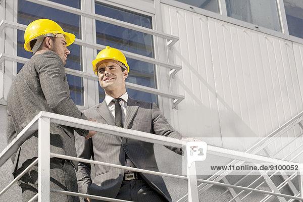 niedrig  Diskussion  Architekt  Treppe  Ansicht  jung  Flachwinkelansicht  Kollege  Winkel