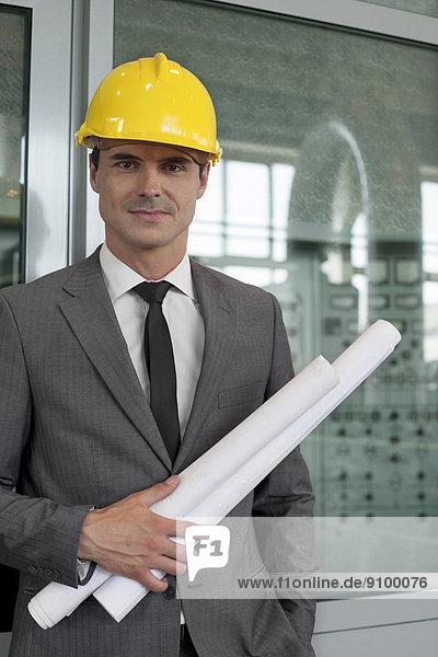 Portrait  Industrie  halten  Architekt  Blaupause  jung  Hoffnung