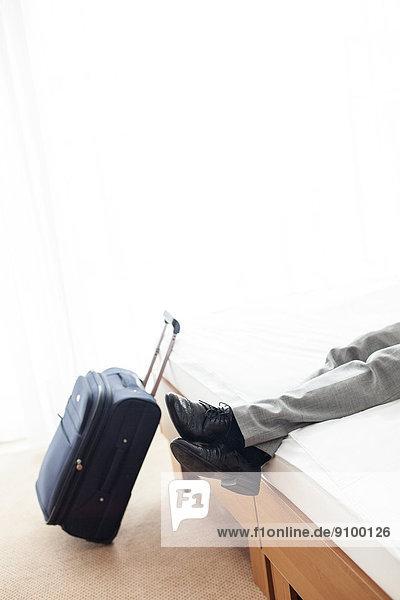 niedrig  Anschnitt  Geschäftsmann  Entspannung  Zimmer  Bett  Hotel  Gepäck