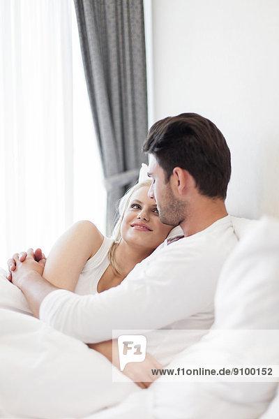 umarmen  Bett  jung  Romantik