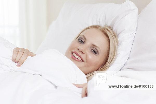 liegend  liegen  liegt  liegendes  liegender  liegende  daliegen  Portrait  Frau  Schönheit  lächeln  Bett  jung