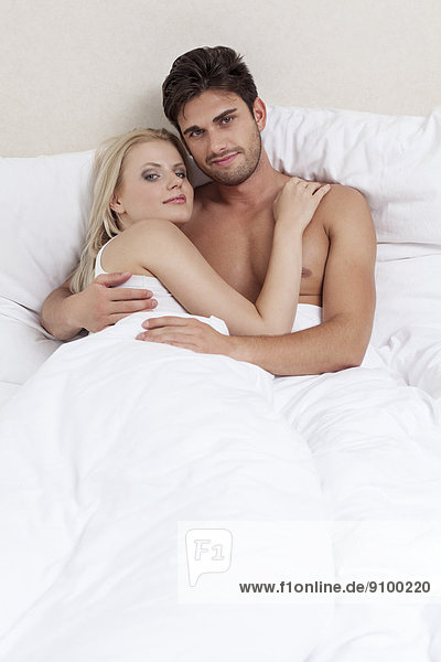 Portrait  Fröhlichkeit  Bett  Zeit  jung  Geld ausgeben  Zeit verbringen  Qualität