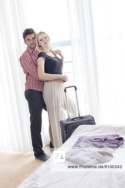hinter  Portrait  Frau  Mann  umarmen  Zimmer  Hotel  jung