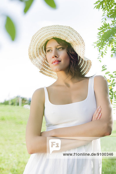 stehend  überqueren  Frau  Hut  jung  Nachdenklichkeit  Sommerkleidung