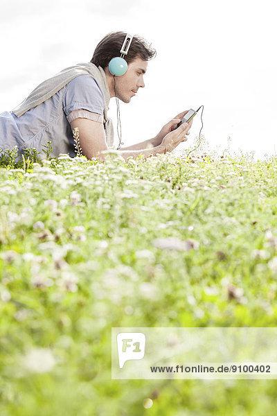 liegend  liegen  liegt  liegendes  liegender  liegende  daliegen  durchsichtig  transparent  transparente  transparentes  benutzen  Mann  zuhören  Kopfhörer  Himmel  Spiel  Musik  Ansicht  MP3-Player  MP3 Spieler  MP3 Player  MP3-Spieler  Seitenansicht