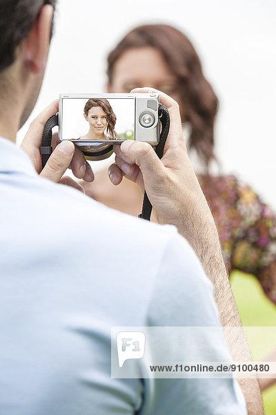 Frau  Mann  fotografieren  Fotoapparat  Kamera  jung