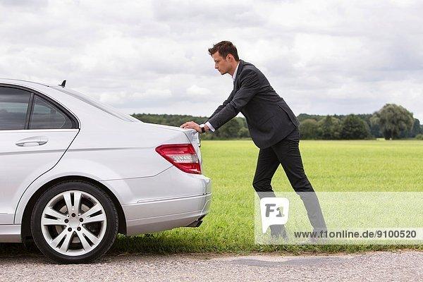 Geschäftsmann  schieben  Ländliches Motiv  ländliche Motive  Auto  Ansicht  jung  Länge  Seitenansicht  zerbrochen  voll