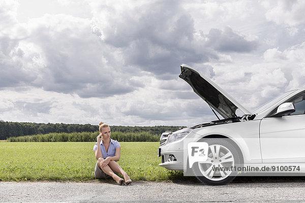 sitzend  Geschäftsfrau  Nervosität  Ländliches Motiv  ländliche Motive  Auto  Länge  zerbrochen  voll