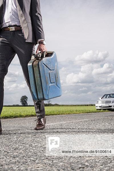 niedrig  Anschnitt  Geschäftsmann  tragen  Ländliches Motiv  ländliche Motive  Auto  Hintergrund  Benzin  jung  zerbrochen