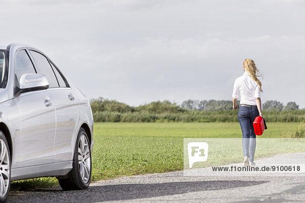 hinter Frau tragen Ländliches Motiv ländliche Motive Auto Rückansicht Ansicht Länge zerbrochen voll Gas verlassen