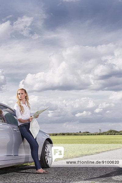 angelehnt  Frau  Ländliches Motiv  ländliche Motive  Auto  halten  Landkarte  Karte  Mittelpunkt  Länge  Erwachsener  voll