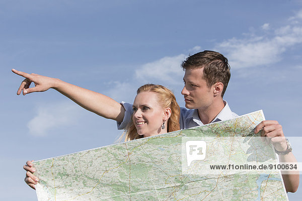 Frau  Mann  zeigen  Himmel  halten  Landkarte  Karte  Reise