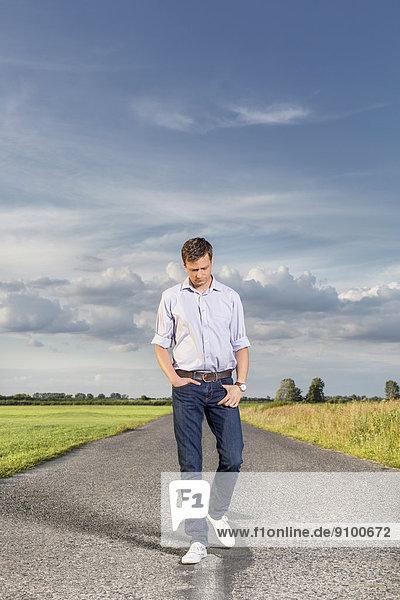 leer  Ländliches Motiv  ländliche Motive  Mann  gehen  Fernverkehrsstraße  jung  Länge  voll