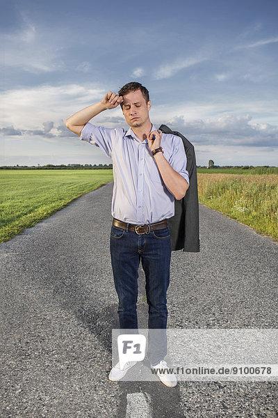 leer  Ländliches Motiv  ländliche Motive  stehend  Mann  müde  Fernverkehrsstraße  jung  Länge  voll