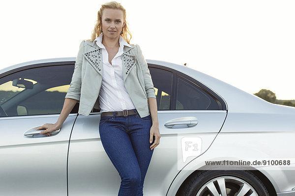 stehend  Portrait  Frau  Schönheit  Ländliches Motiv  ländliche Motive  Auto  jung