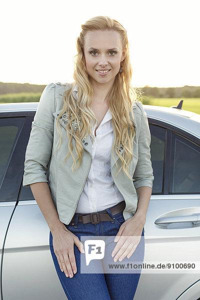 stehend  Portrait  Attraktivität  Frau  Ländliches Motiv  ländliche Motive  Auto  jung
