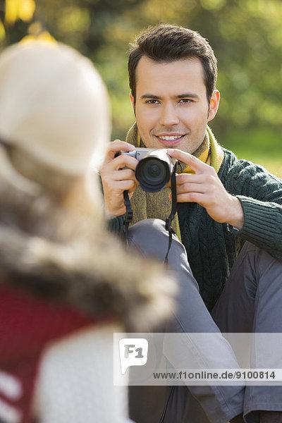 Frau  Mann  lächeln  fotografieren  jung