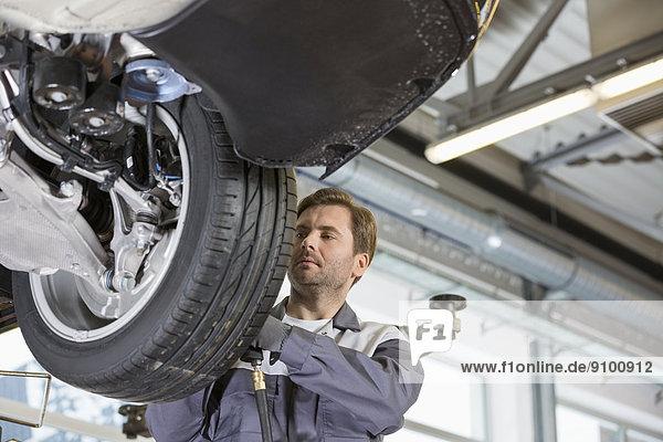 Technischer Beruf  Mittelpunkt  Erwachsener  reparieren  rad