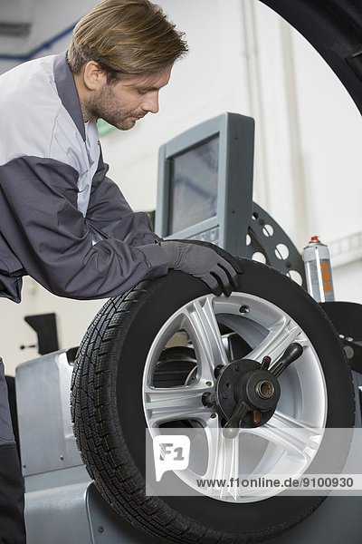 Anschnitt  Fotografie  Auto  Mechaniker  reparieren  rad