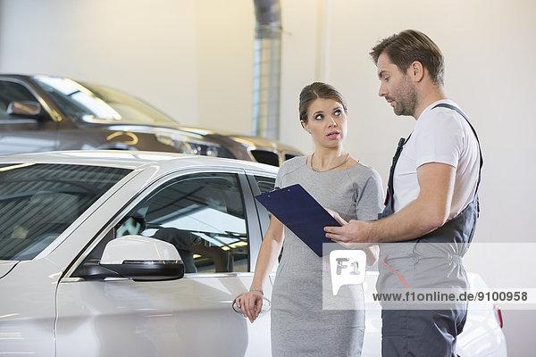 unterhalten  Klemmbrett  Auto  halten  reparieren  Kunde  Laden  Mechaniker