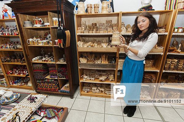 Geschenk junge Frau junge Frauen zeigen Laden Produktion Länge voll