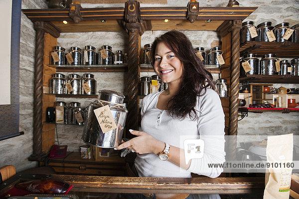 zeigen  Portrait  lächeln  Laden  Verkäufer  Container  Tee