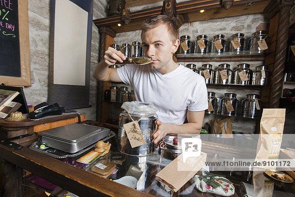 stinken  Verkäufer  Laden  riechen  Tee