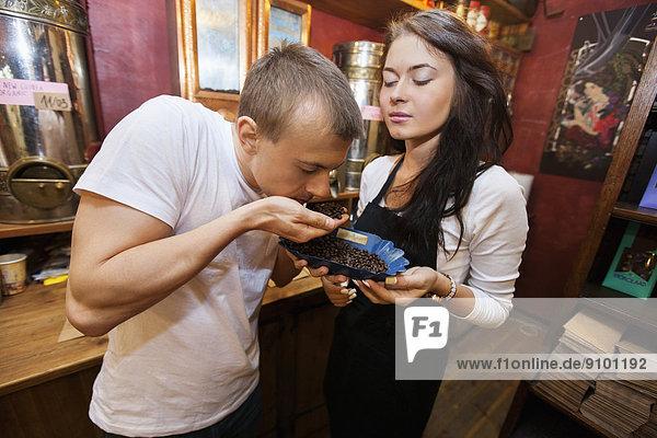 Kaffeebohne  stinken  halten  Laden  Kunde  Kaffee  Verkäufer  Bohne  riechen