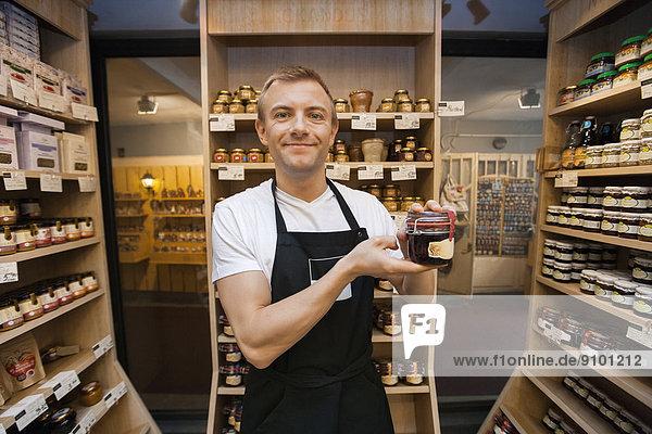 Verkäufer  Portrait  Lebensmittelladen  halten  Laden  Mittelpunkt  Erwachsener  Marmelade