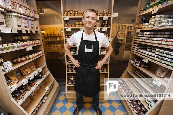 stehend  Verkäufer  Portrait  Lebensmittelladen  Laden  Mittelpunkt  Länge  Erwachsener  voll