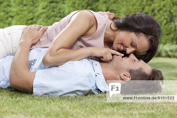 liegend  liegen  liegt  liegendes  liegender  liegende  daliegen  Frau  Mann  berühren  jung  Romantik