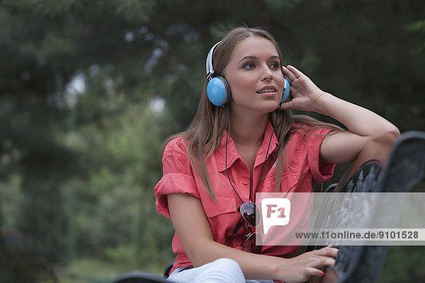 Frau  zuhören  Schönheit  denken  Kopfhörer  jung