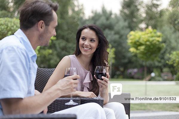 Fröhlichkeit  Stuhl  Wein  rot  jung