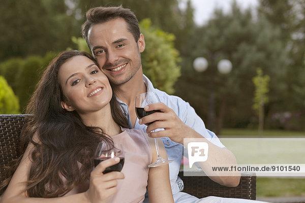 Zusammenhalt  Portrait  Fröhlichkeit  Wein  rot  jung