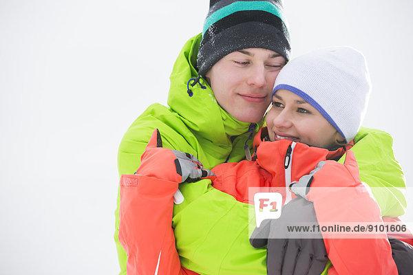 Außenaufnahme  Liebe  umarmen  Wärme  Kleidung  jung  freie Natur