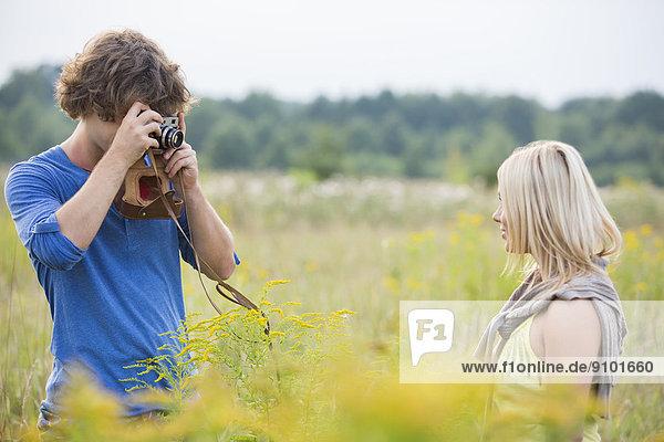 Frau  Mann  Feld  fotografieren  jung