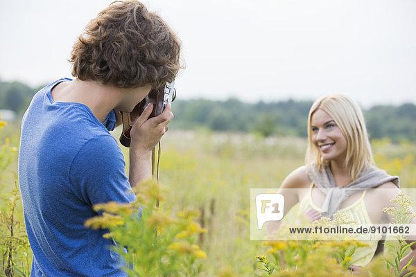 Mann  Freundin  Feld  fotografieren  jung