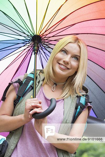 lächeln  Regenschirm  Schirm  halten  wandern